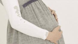 お腹を抱える妊婦