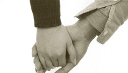 夫婦が手をつなぐ