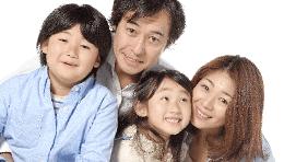 顔を寄せる家族