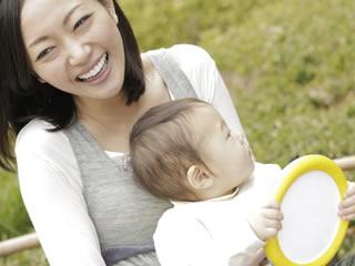 お母さんと散歩中の赤ちゃん