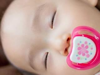 半目で熟睡する愛嬌のある赤ちゃん