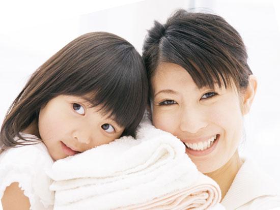 子供と一緒の笑顔の母親
