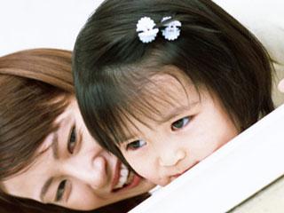 子供に顔を近づける母親