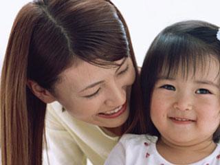 子供に微笑みかける母親