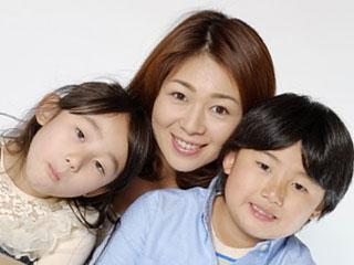 子供達を抱き寄せて微笑む母親