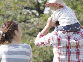 子供を肩車する父親と話しかける母親