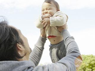 子供に高い高いをする父親