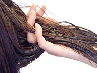 髪を持ちながらトリートメント