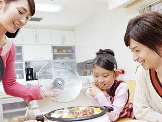 家族で鍋料理を囲む