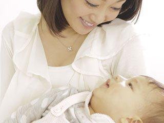 赤ちゃんを抱える母親