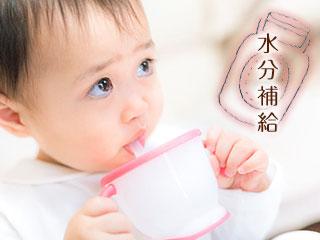 カップからストローで飲む赤ちゃん