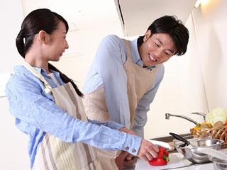 二人で台所に立つ夫婦