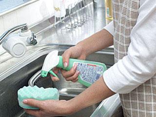 台所で掃除する主婦