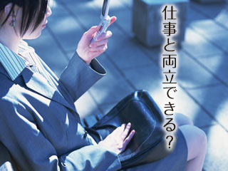 ビジネススーツでベンチに座る女性