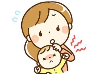 子供の額に手を当てるママ