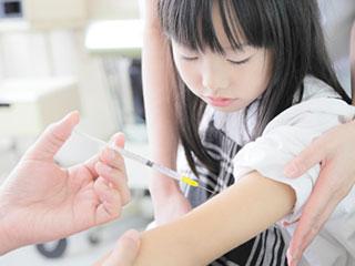 病院で注射を打たれる子供