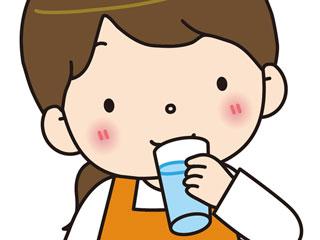 水を飲む子供の
