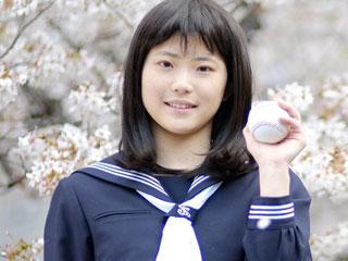 桜の前に立つ中学生