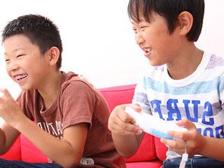 TVゲームで遊ぶ子供たち