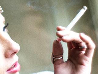 喫煙する女性の手元