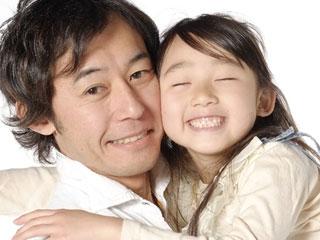 父親と顔を寄せ合う娘