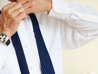 ネクタイを解く夫