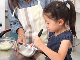 子供に料理の手伝いをさせる親