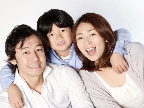 両親を背後から抱く子供