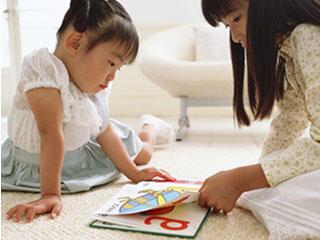 絵本を姉妹で読んでいる