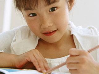 鉛筆もって勉強している子供