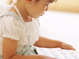 文字絵本を見つめる子供