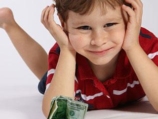 ドル紙幣を前に置いて考える子供