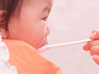 さじで食事する赤ちゃん