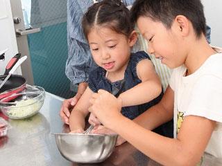 台所で料理を手伝う子供たち