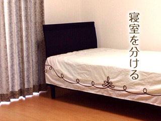 シングルベッドが一つ置かれた寝室