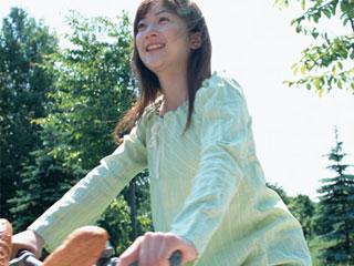 サイクリングする主婦