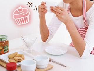 お菓子とお茶でくつろぐ主婦