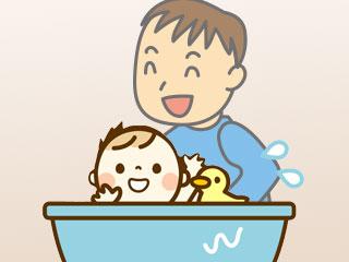 赤ちゃん入浴させる父親