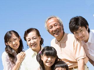 子供を囲んで祖父母と若夫婦