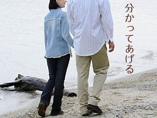手を繋いで散歩する夫婦