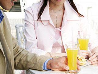 同じジュースを飲んでいる夫婦