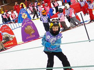 スキー大会でスロープにつかまる少年