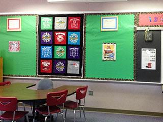 教室の掲示板と机