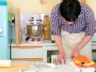 台所で調理する男性