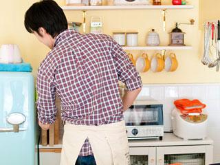 台所で手伝う夫