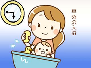 赤ちゃんを入浴させる母親