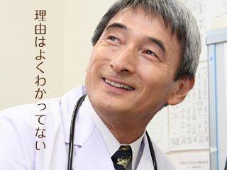 医者が笑顔で回答する