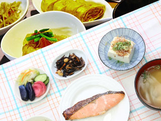 食事の小皿に盛り付けられた魚、豆腐など