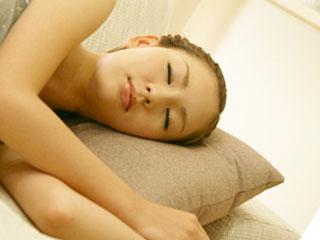 睡眠をとる女性