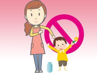 子供の頭にこぶしを当てる母親